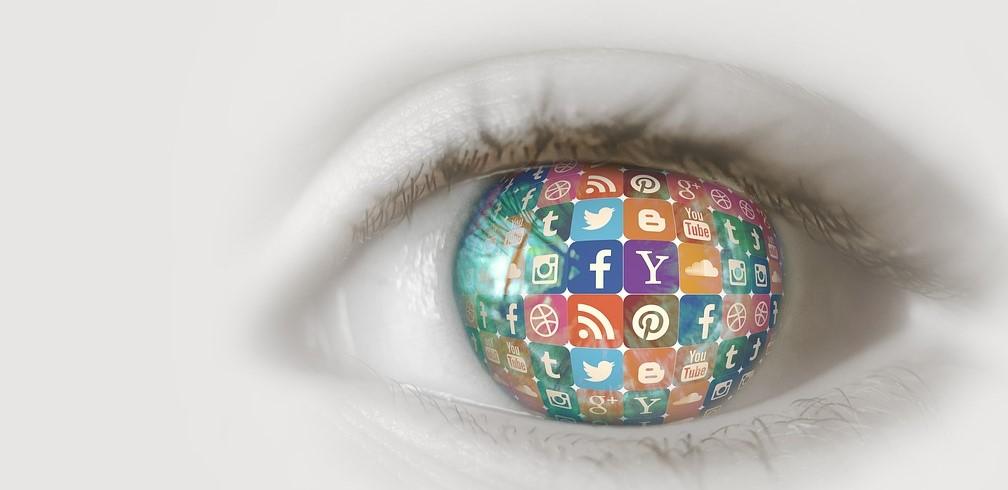 Un œil avec des icônes des réseaux sociaux